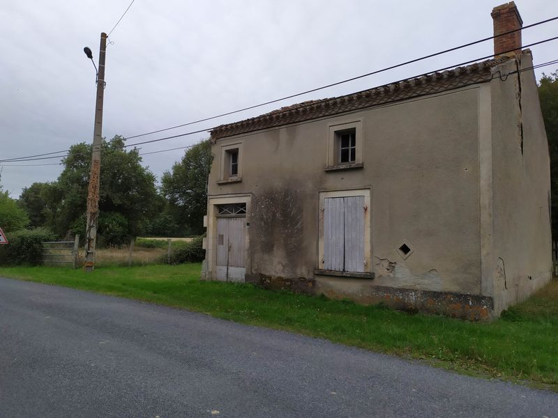 Small house in need of total renovation in a hamlet. With 1 Hectare
