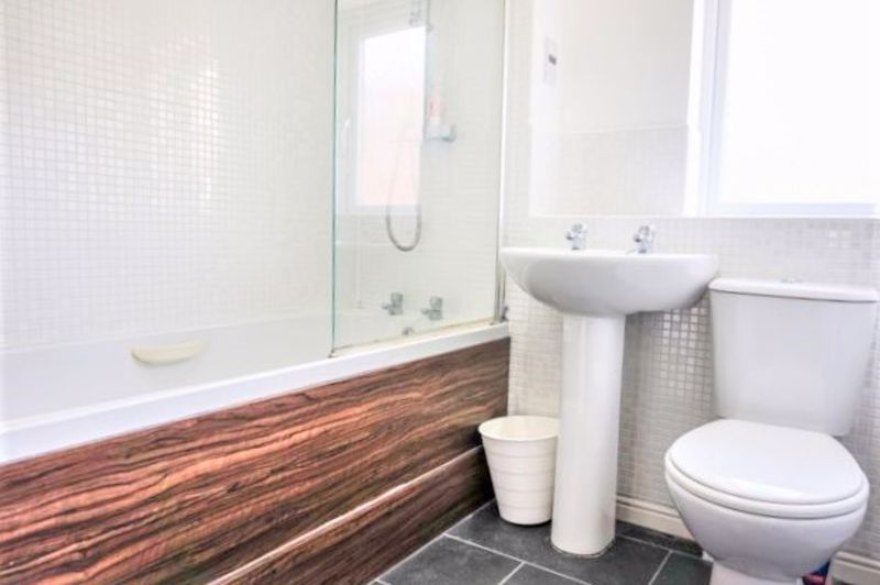 3 Bedroom End Terrace House For Sale - Photo 2