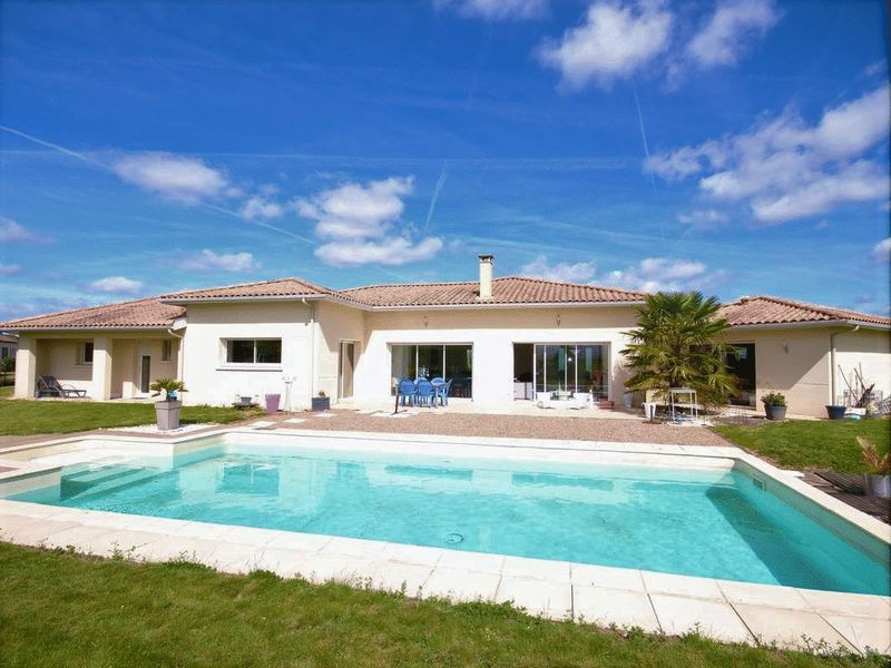 Superb 4 bed/2 bath single storey house with swimming-pool and garden
