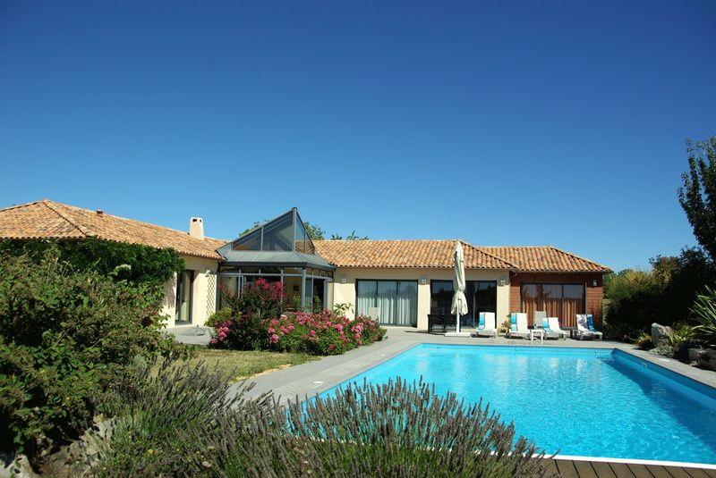 Modern 4 beds house with fabulous terrace and pool overlooking vines - no expense spared!