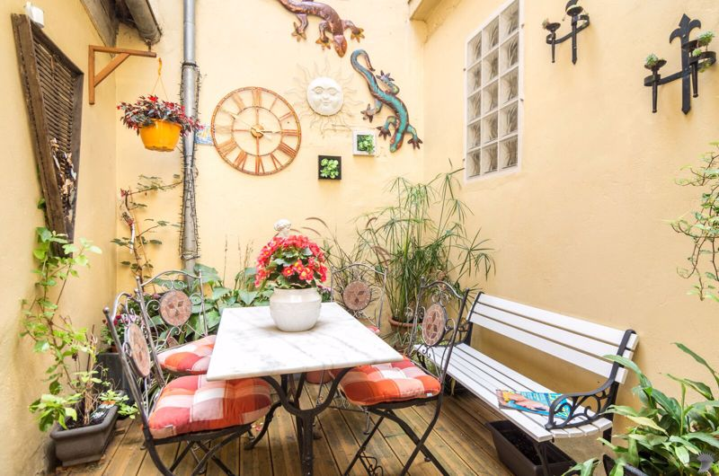 Established Bed and Breakfast in immaculate condition. Centre of popular town of Eymet
