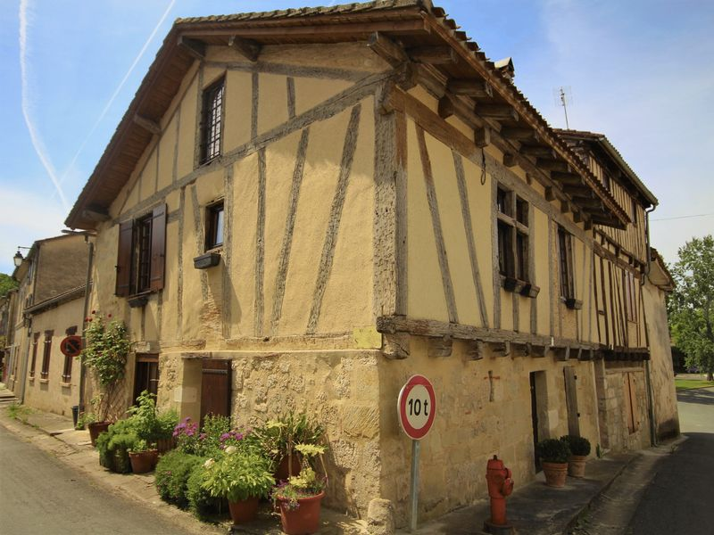 Superb house of 150 sqm in the centre of a historic village with all amenities