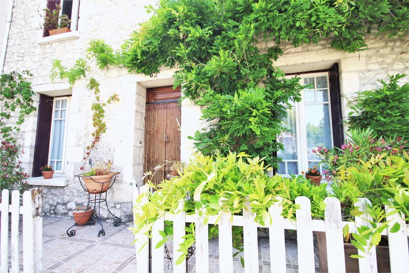 A gorgeous Eymet town house with many original features, 3/4 bedrooms and a large walled garden!