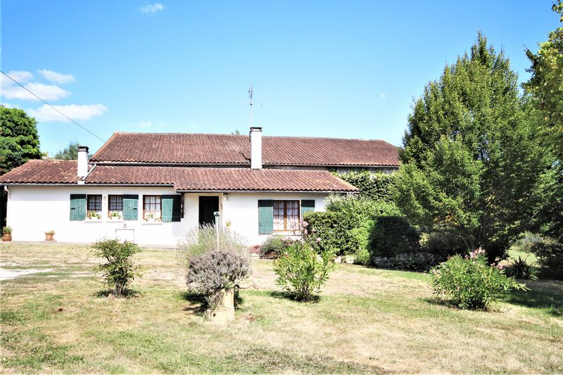 Ideal renovation project with income potential: 2 houses plus large barn and lake