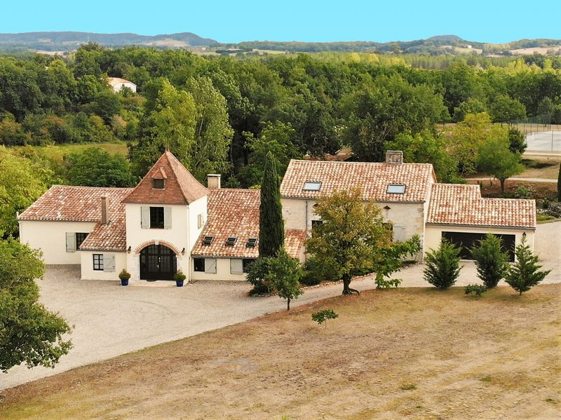 Stunning restored property on edge of bastide village with pool and tennis court
