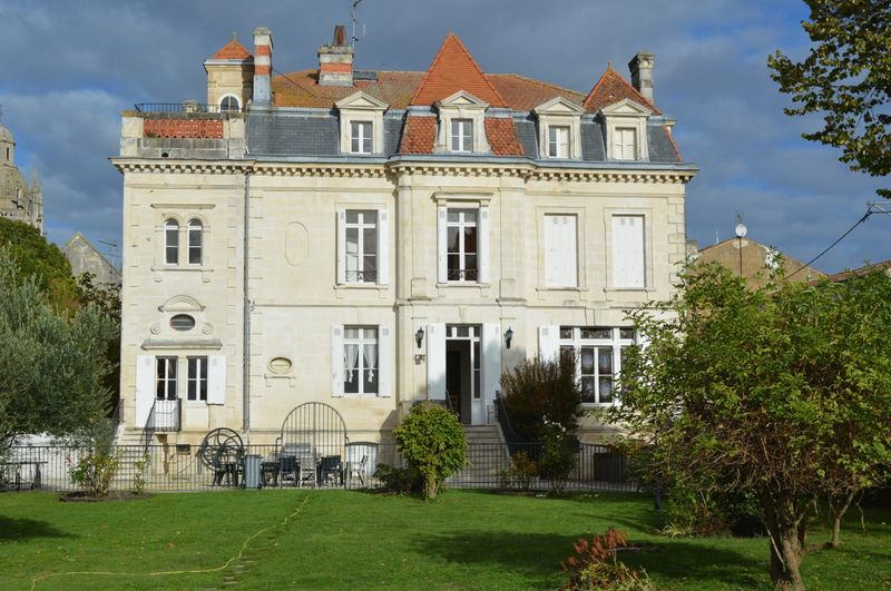 Impressive village chateau with 10 bedrooms
