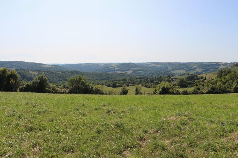 Large plot of constructible land with far reaching views