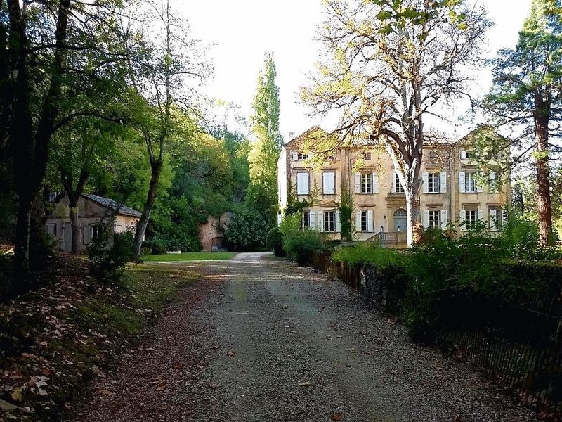 Romantic 18th century 6-bedroom chateau set in classical gardens