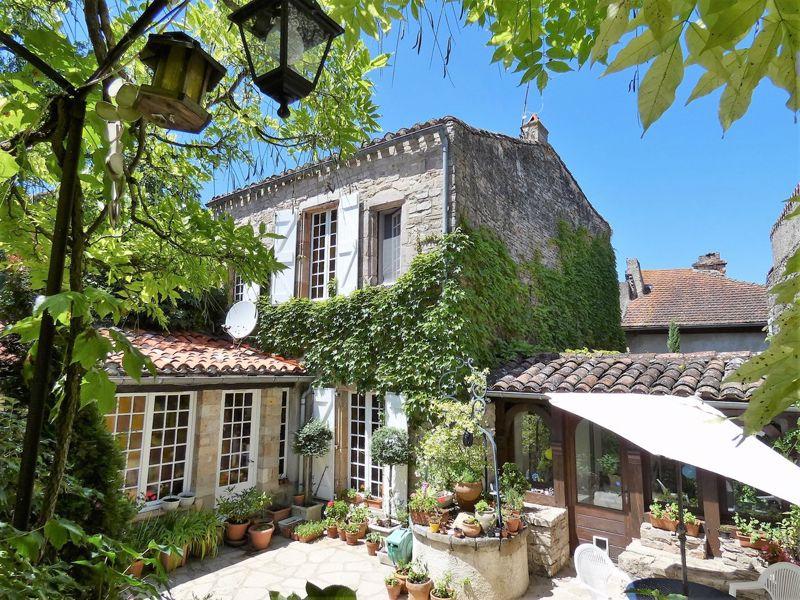 Maison de village médiéval, 2 cours privées et grand garage