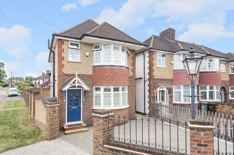 3 bedroom detached house For Sale in Worcester Park - Photo 1.