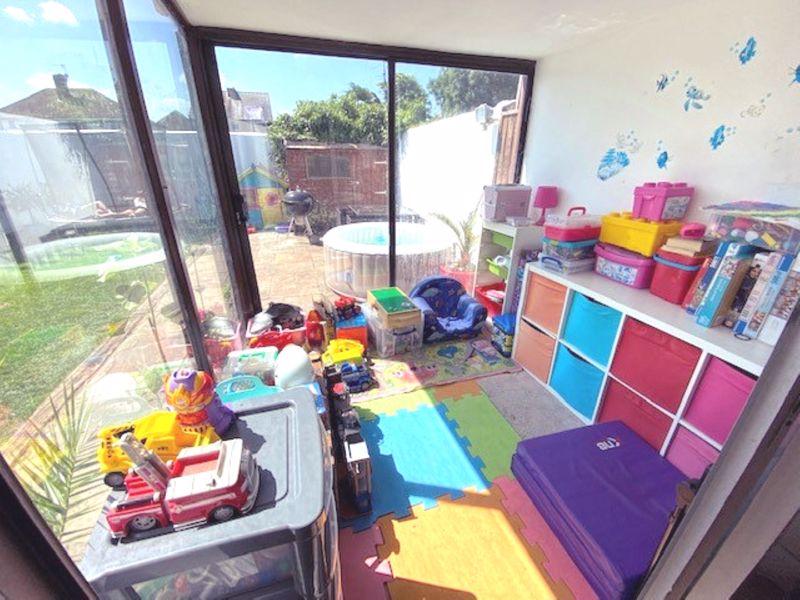 4 bedroom semi detached house Under Offer in Worcester Park - Photo 1.