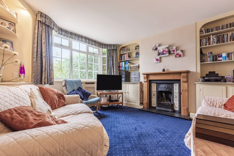 4 bedroom semi detached house For Sale in Worcester Park - Photo 2.