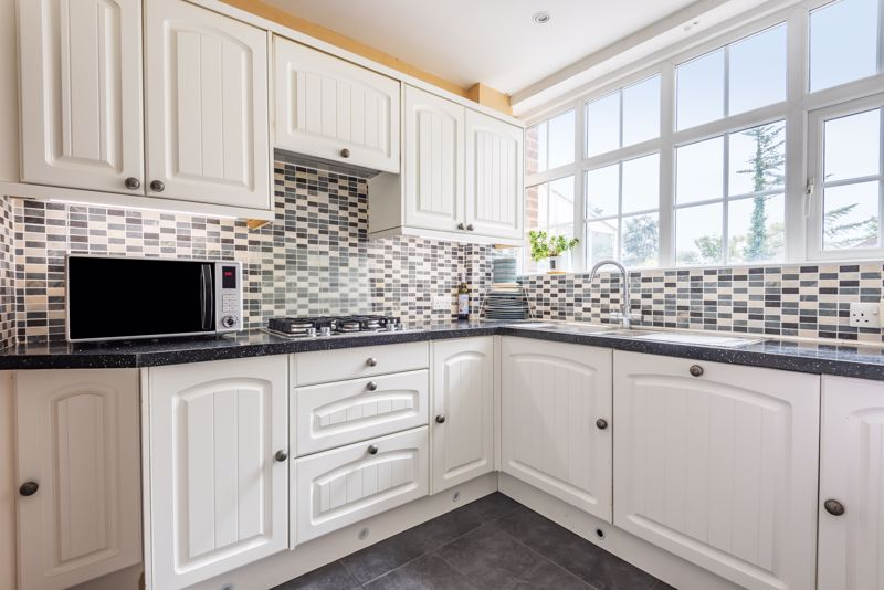 4 bedroom semi detached house For Sale in Worcester Park - Photo 5.