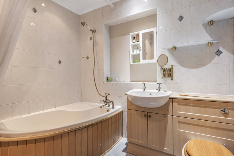 4 bedroom semi detached house For Sale in Worcester Park - Photo 9.