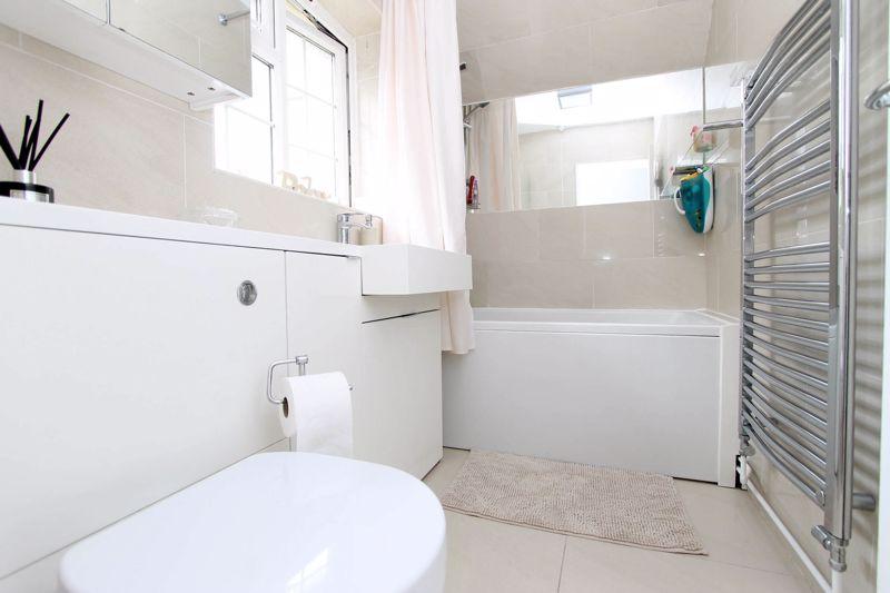 2 bedroom upper floor flat maisonette Under Offer in Worcester Park - Photo 1.