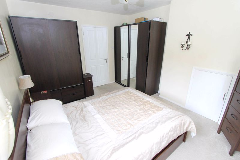 2 bedroom upper floor flat maisonette Under Offer in Worcester Park - Photo 2.