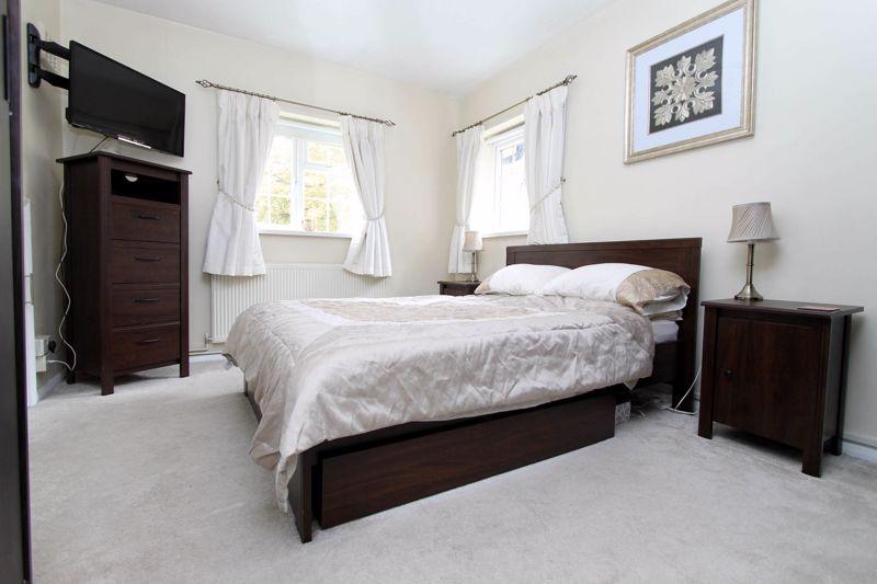 2 bedroom upper floor flat maisonette Under Offer in Worcester Park - Photo 3.