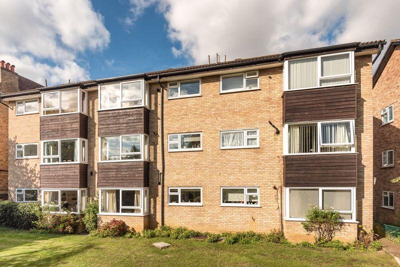 2 bedroom upper floor flat flat For Sale in Worcester Park - Photo 13.