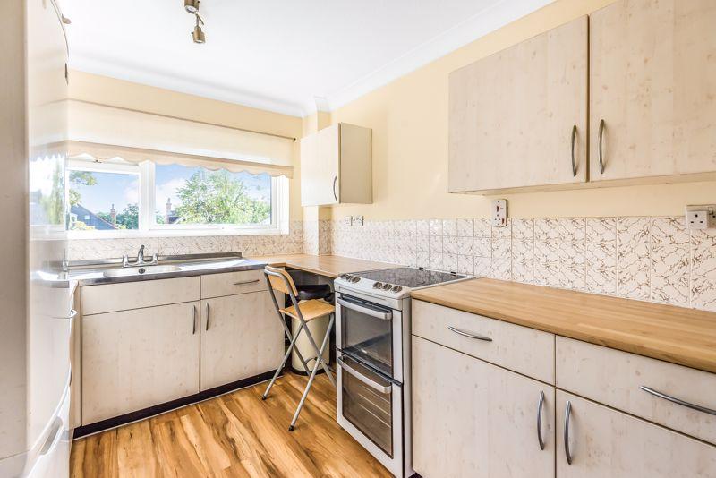 2 bedroom upper floor flat flat For Sale in Worcester Park - Photo 4.