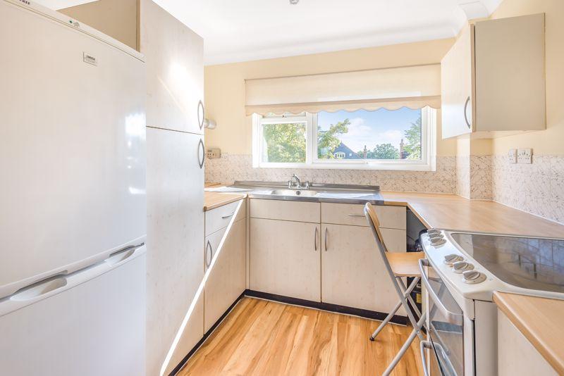 2 bedroom upper floor flat flat For Sale in Worcester Park - Photo 5.