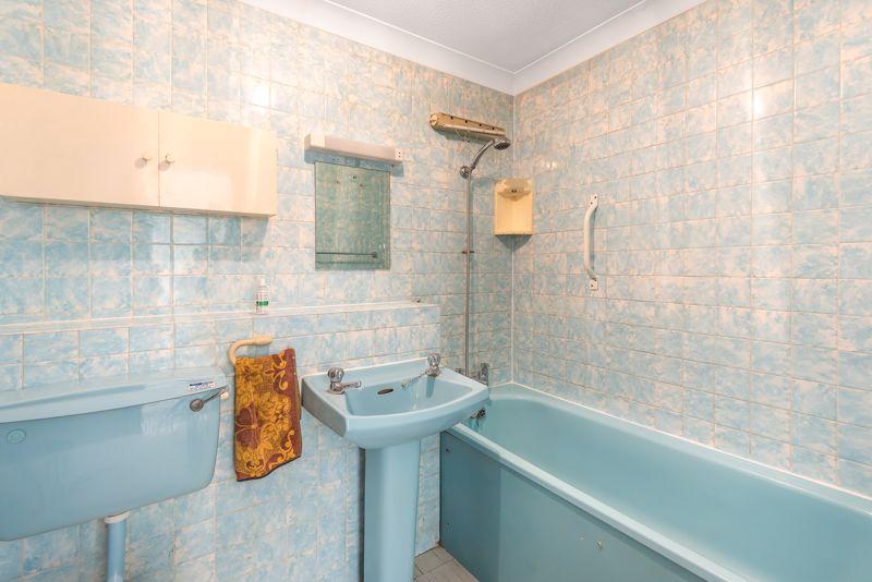 2 bedroom upper floor flat flat For Sale in Worcester Park - Photo 9.