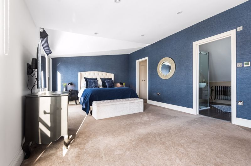 6 bedroom semi detached house Under Offer in Worcester Park - Photo 21.