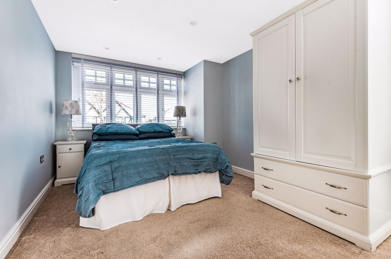 6 bedroom semi detached house Under Offer in Worcester Park - Photo 3.
