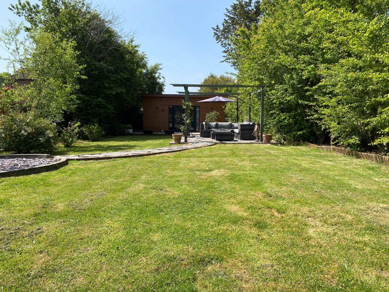 6 bedroom semi detached house Under Offer in Worcester Park - Photo 24.