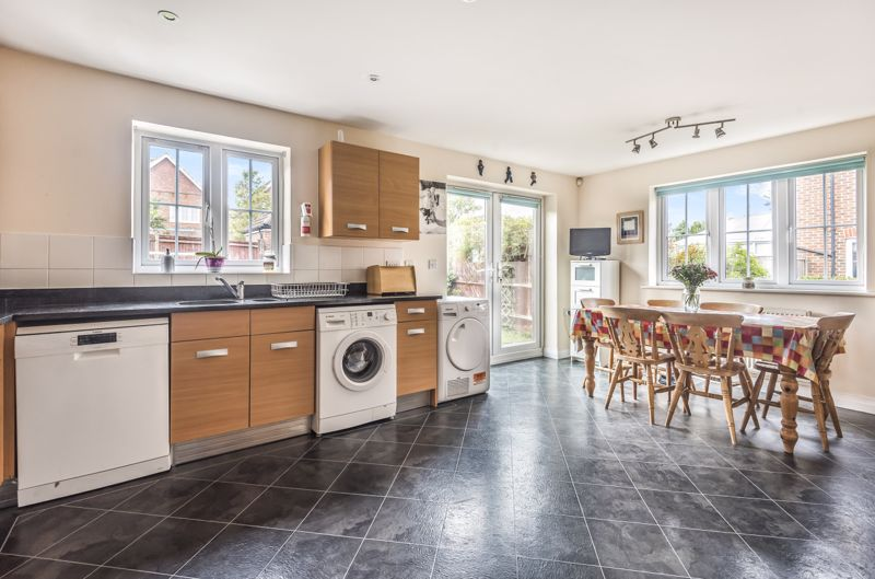 4 bedroom end terrace house Under Offer in Worcester Park - Photo 5.