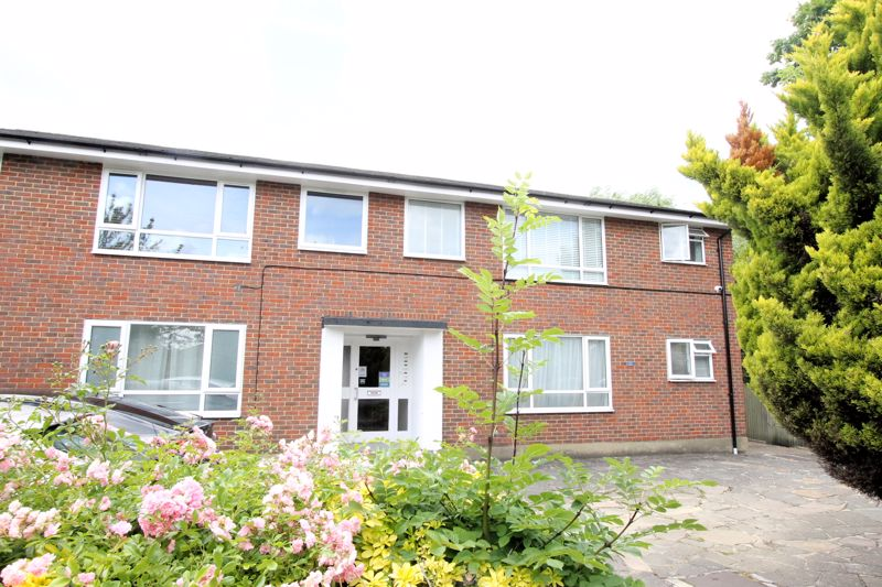 1 bedroom upper floor flat flat Under Offer in Sutton - Photo 3.