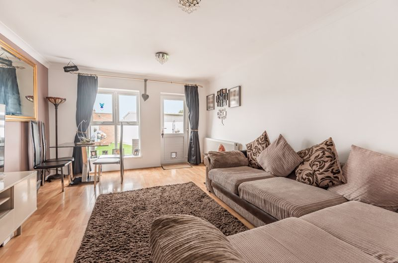 2 bedroom end terrace house For Sale in Worcester Park - Photo 3.