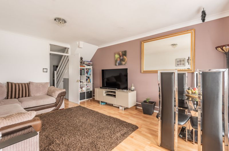 2 bedroom end terrace house For Sale in Worcester Park - Photo 4.