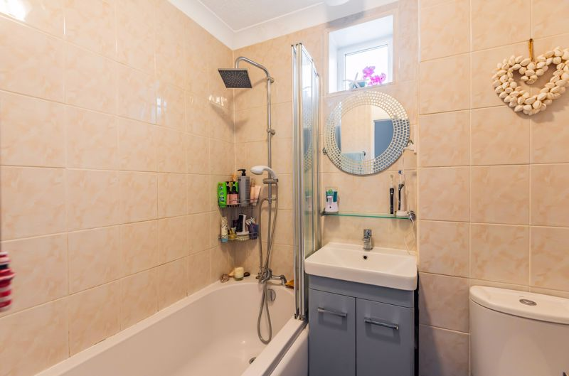 2 bedroom end terrace house For Sale in Worcester Park - Photo 9.