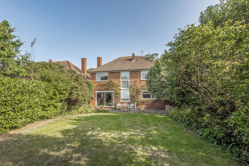 4 bedroom detached house For Sale in Worcester Park - Photo 10.