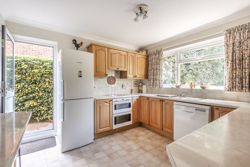 4 bedroom detached house For Sale in Worcester Park - Photo 13.