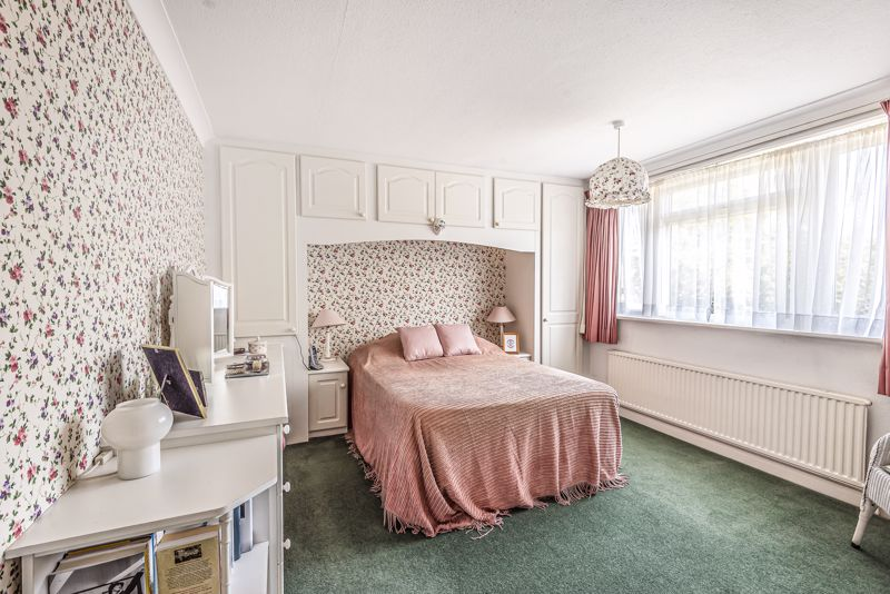4 bedroom detached house For Sale in Worcester Park - Photo 14.