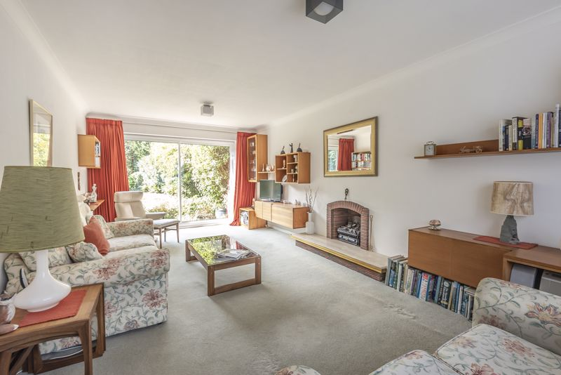 4 bedroom detached house For Sale in Worcester Park - Photo 2.
