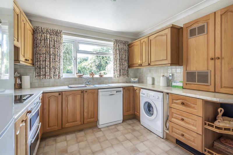 4 bedroom detached house For Sale in Worcester Park - Photo 4.