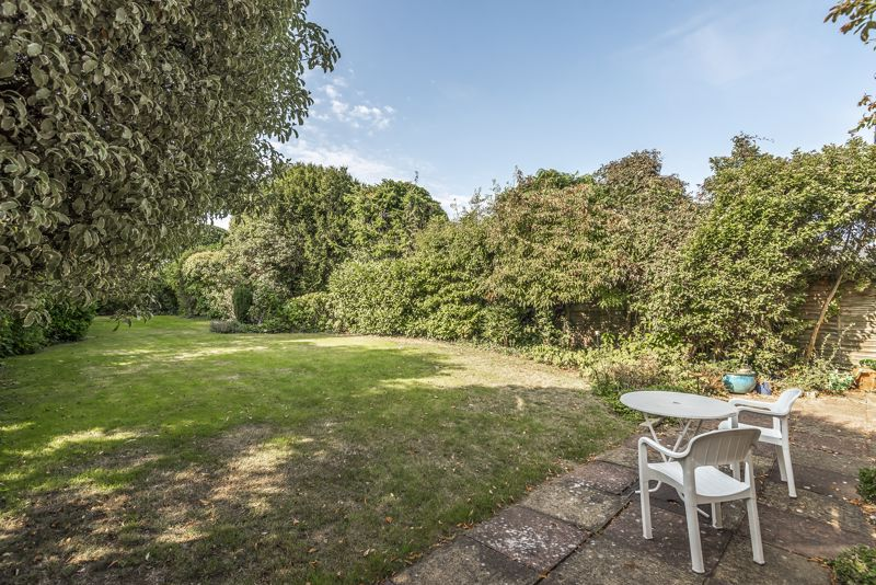 4 bedroom detached house For Sale in Worcester Park - Photo 9.