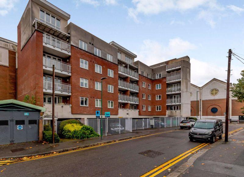 2 bedroom upper floor flat flat For Sale in Sutton - Photo 1.