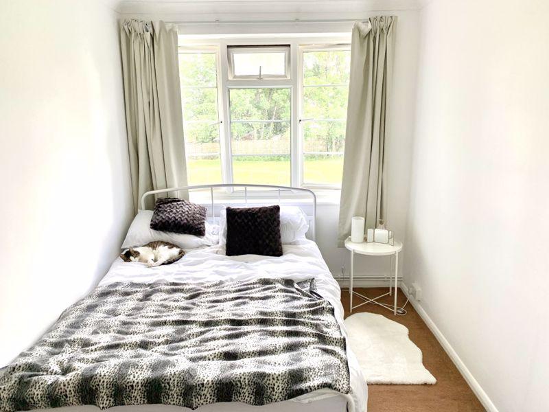 2 bedroom upper floor flat flat Let in Sutton - Photo 2.