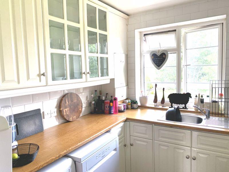 2 bedroom upper floor flat flat Let in Sutton - Photo 7.