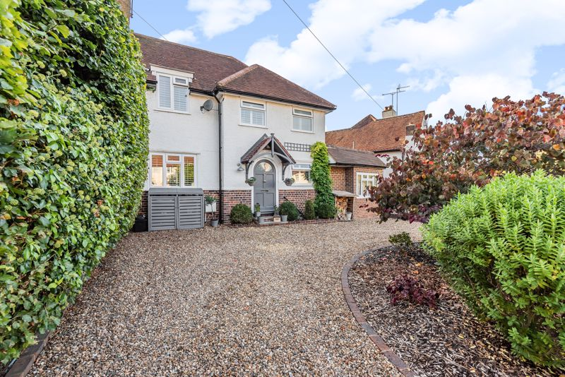 4 bedroom semi detached house For Sale in Banstead - Photo 1.