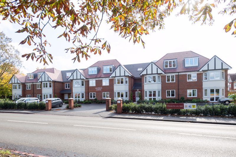 2 bedroom upper floor flat retirement For Sale in Sutton - Photo 1.