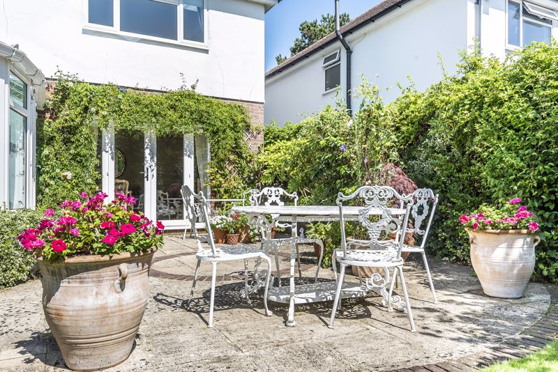 4 bedroom detached house SSTC in Epsom - Photo 10.