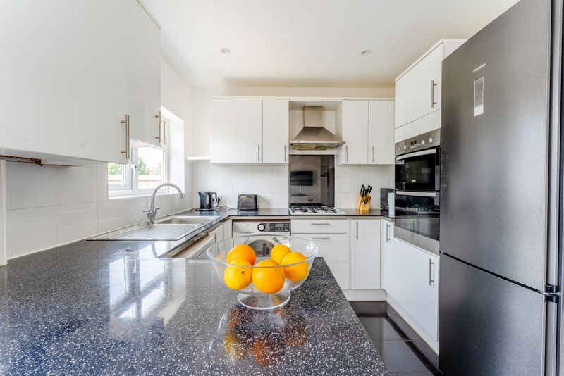 3 bedroom terraced house SSTC in Cheam - Photo 8.