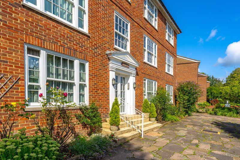 2 bedroom upper floor flat flat Under Offer in Sutton - Photo 16.