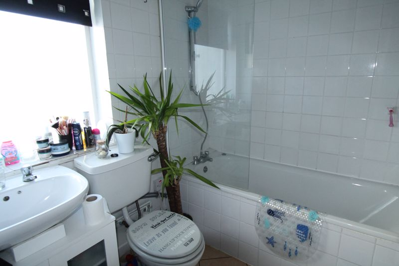 1 bedroom ground floor flat flat For Sale in Sutton - Photo 5.