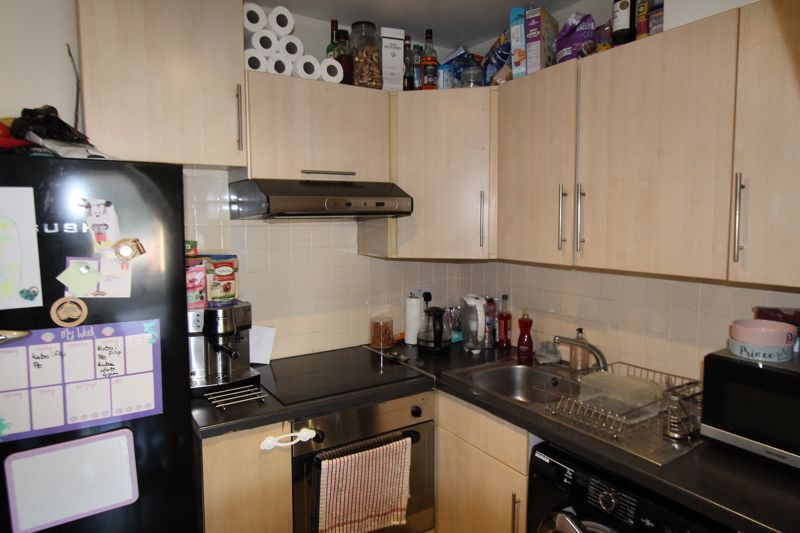 1 bedroom ground floor flat flat For Sale in Sutton - Photo 3.
