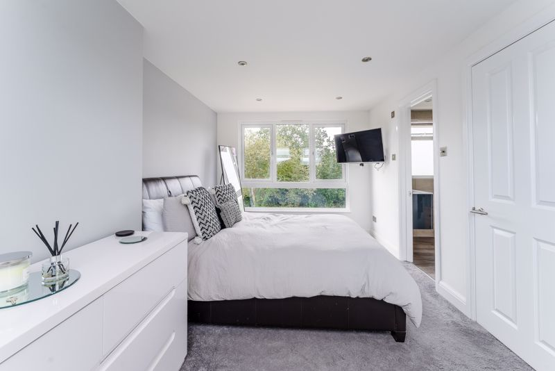4 bedroom end terrace house SSTC in Worcester Park - Photo 2.